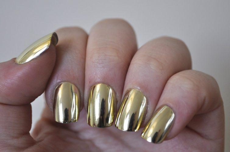 zlaté metalické laky nehty