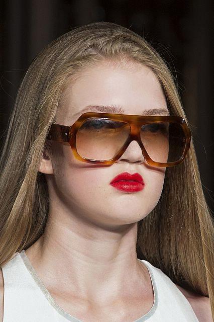 hranaté brýle se silnými obroučkami
