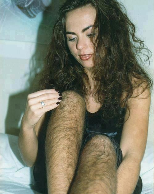 trend chlupaté nohy ženy