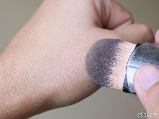 Výběr správného odstínu make-upu podle testu na hřbetu ruky