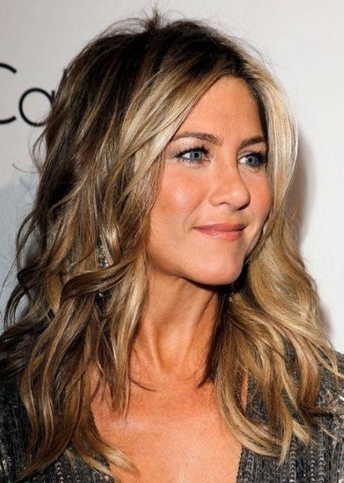 Vlnité vlasy podle Jennifer Aniston