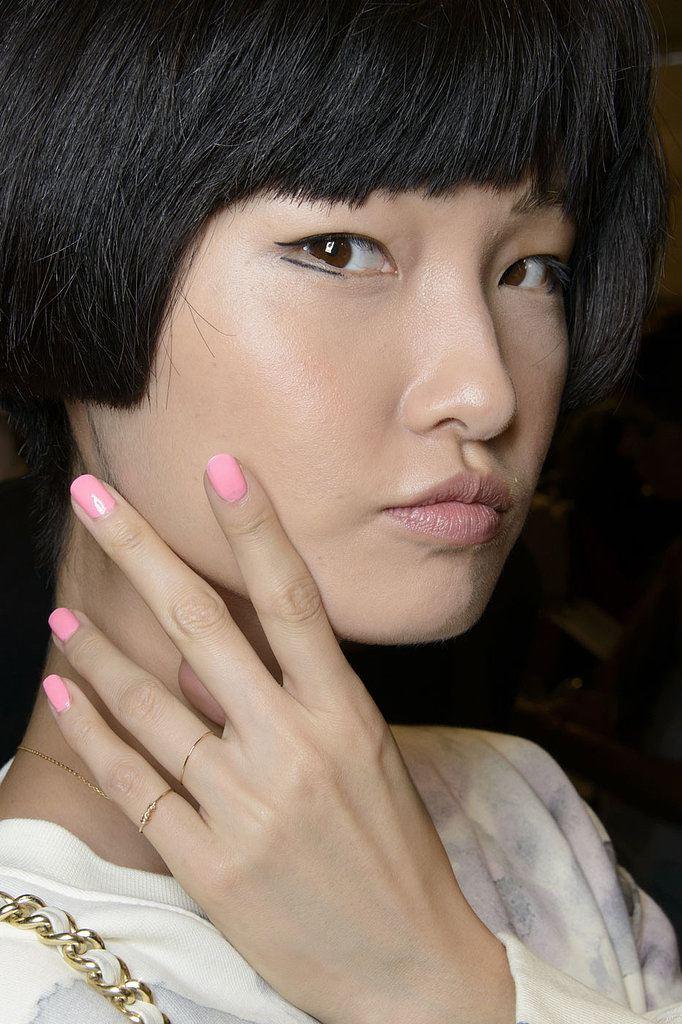 růžové pastelové nehty