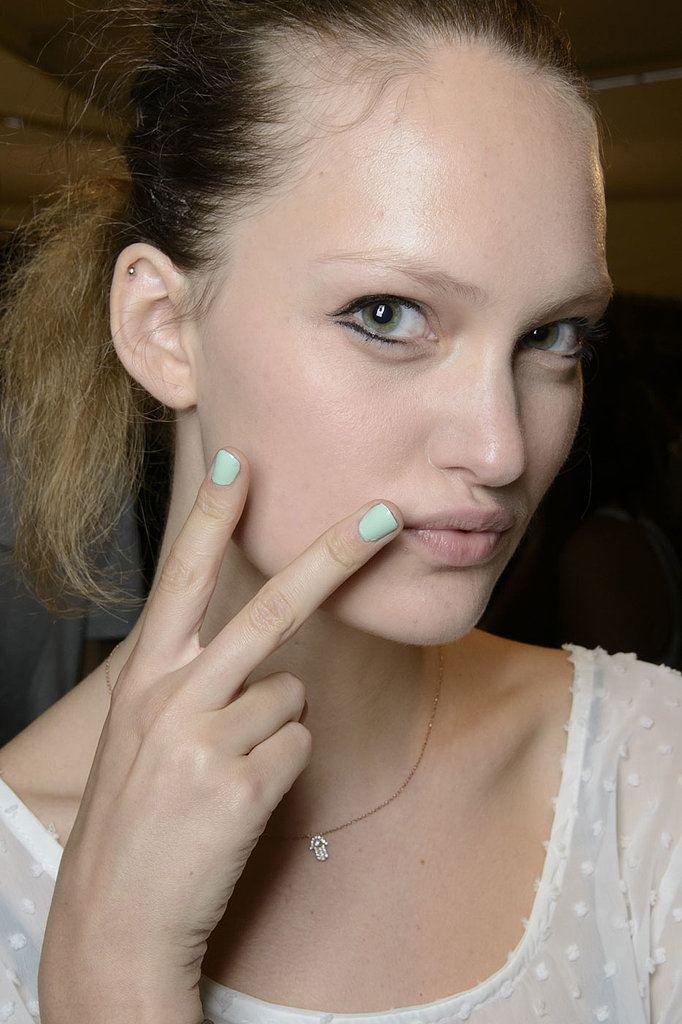 zelenkavé pastelové nehty