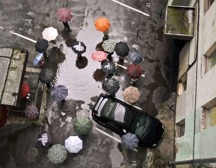 Stylové oblečení do deště, trendy deštníky