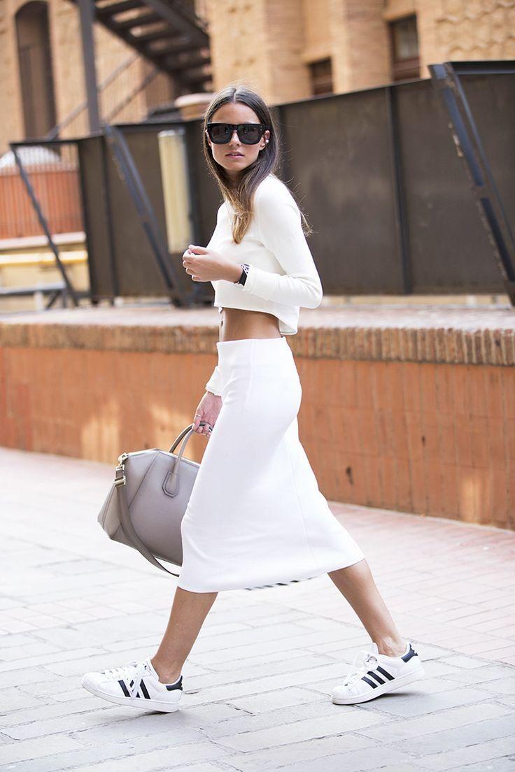 sportovní elegance sukně tenisky