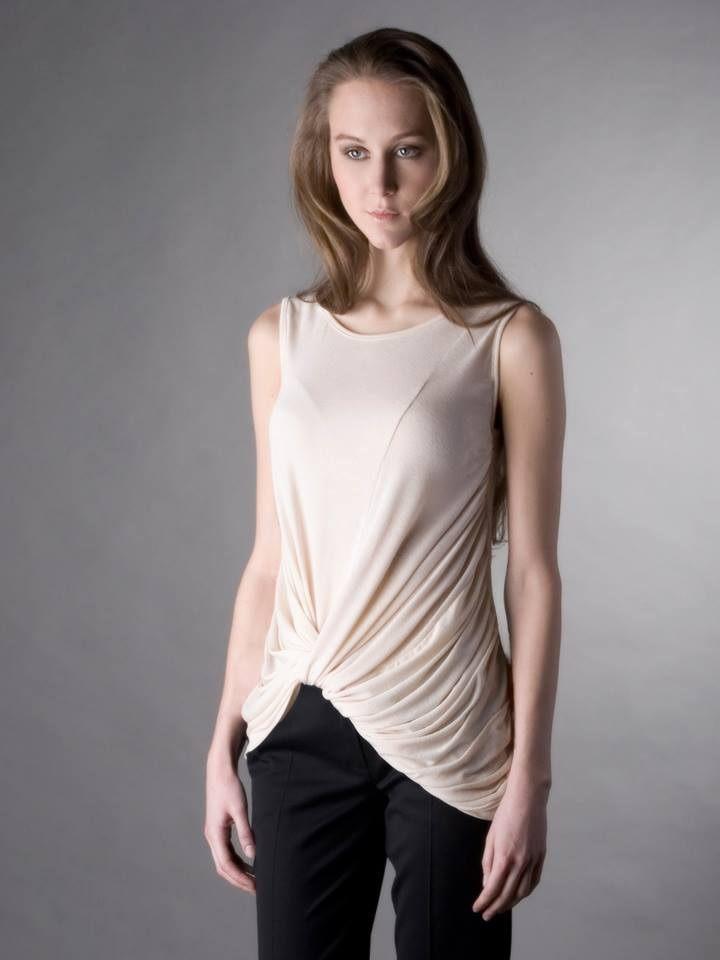 Dlouhé tričko bez rukávů s výrazným řaseným uzlem na spodní části