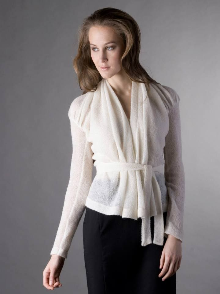 Bílý elegantní zavinovací svetr od Jany Minaříkové