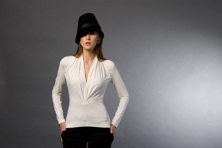 Elegantní a decentní, bohatě řasené bílé tričko s dlouhými rukávy