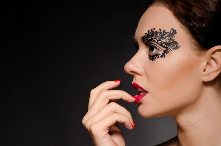Krajka na tváři působí velmi svůdně a žensky