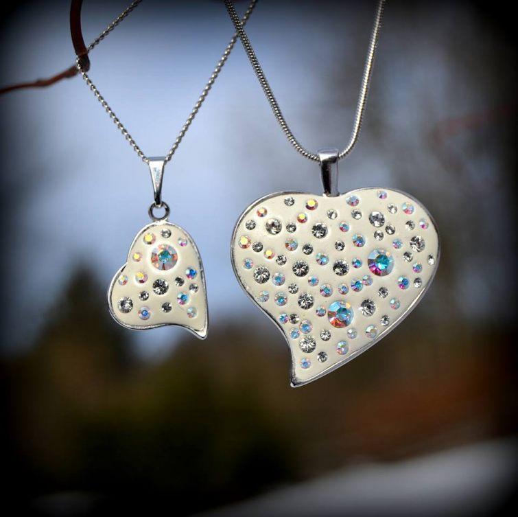 Přívěšky ve tvaru srdce s kamínky