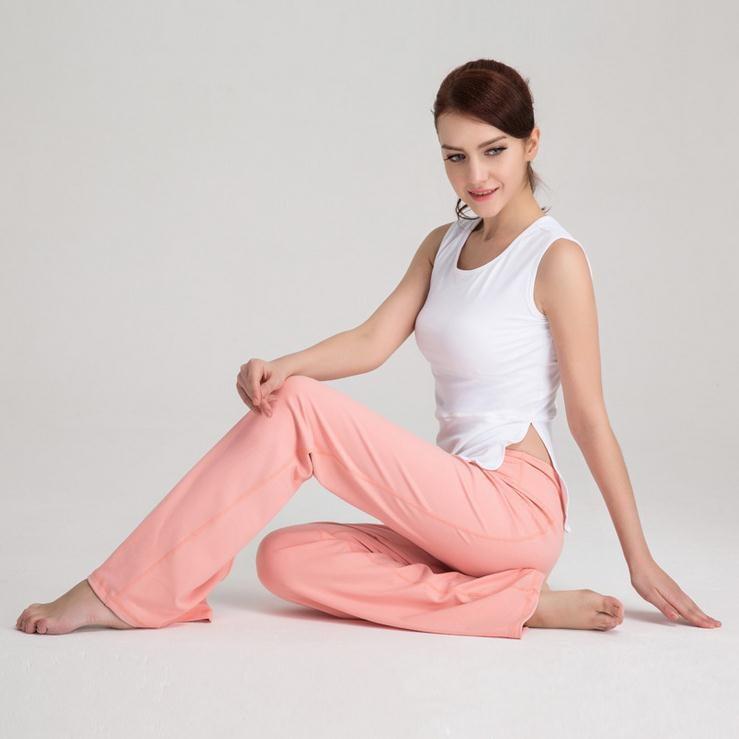 Pohodlné kalhoty v lososové barvě a bílý top