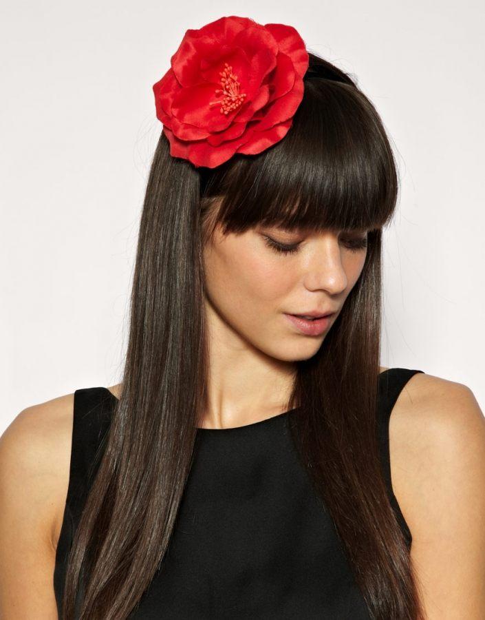 Čelenka s velkou červenou květinou