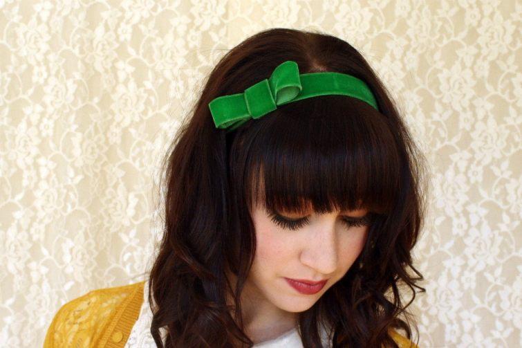 Zelená stuha ve vlasech