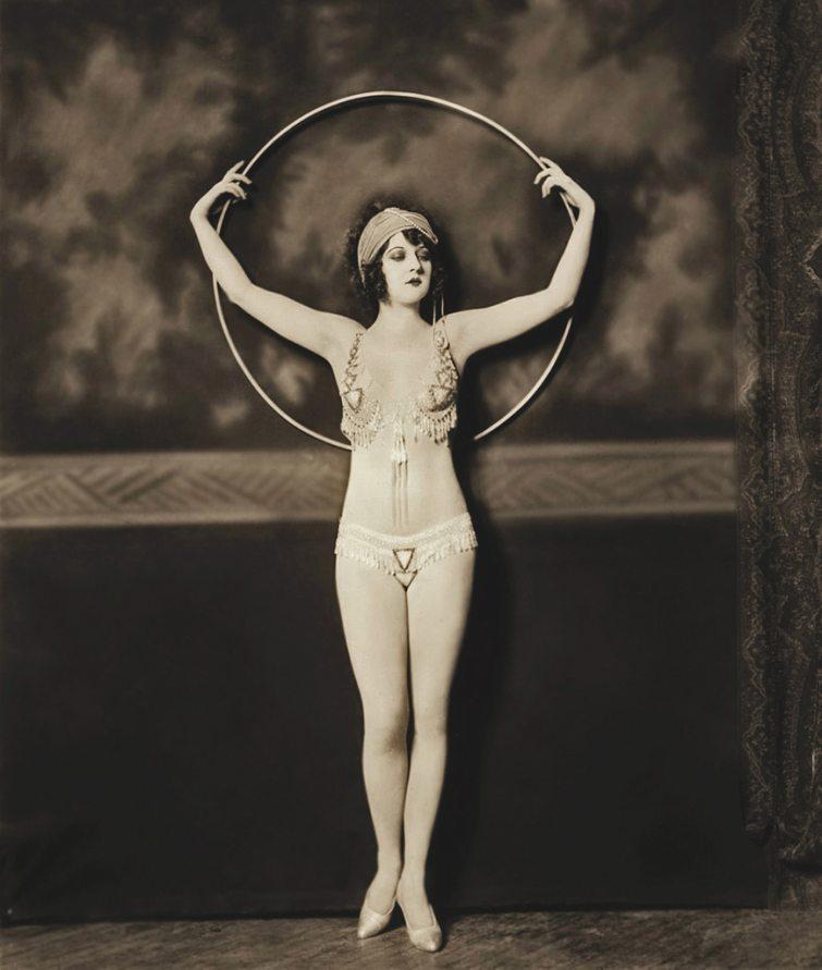 Historické foto - cvičení s obručí