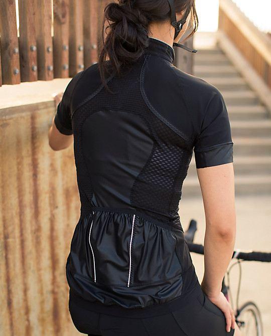 Černé dámské cyklo-tričko s kapsou vzadu
