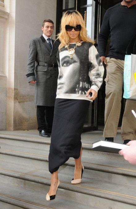 Rihanna outfit mikina s potiskem 2015
