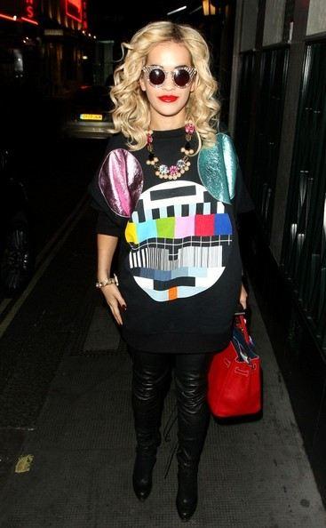 Rita Ora v mikině - outfit