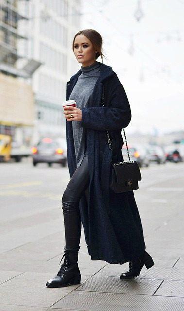 Kristina Bazan v šedo-černo-šedé kombinaci