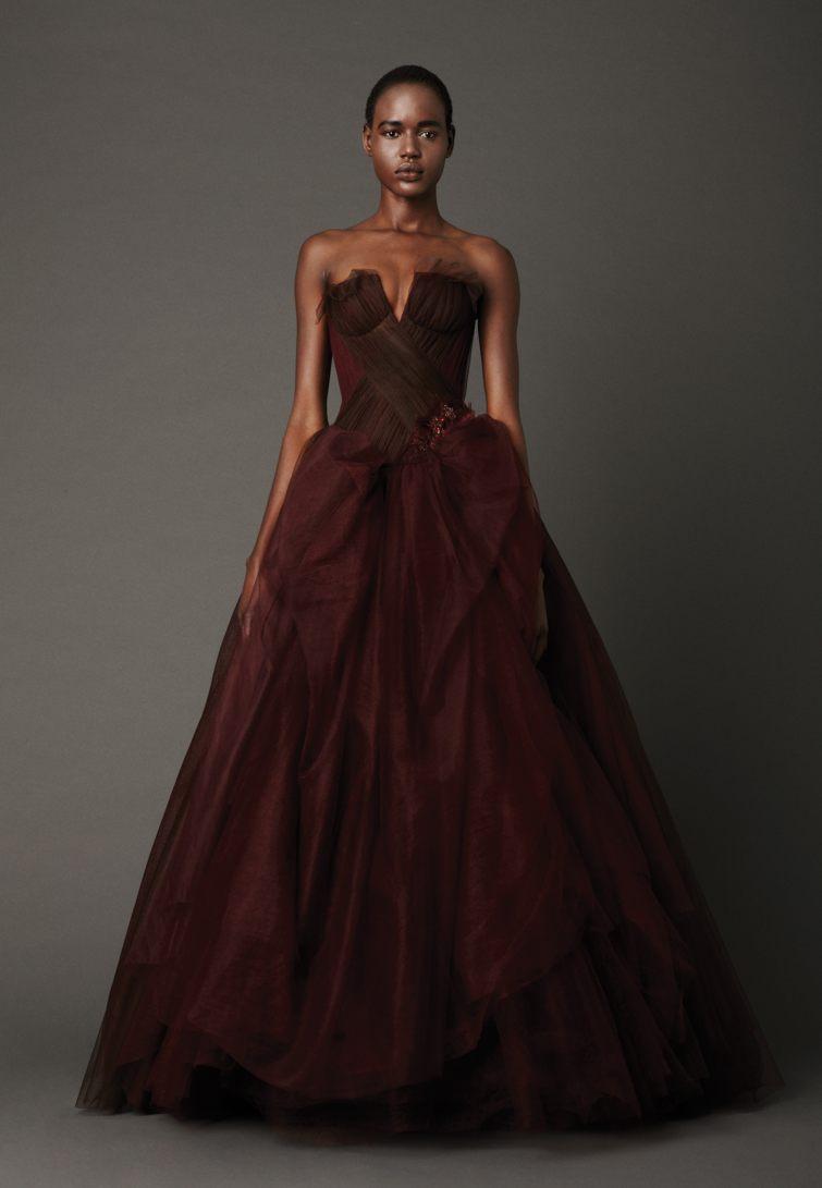 vínové svatební šaty