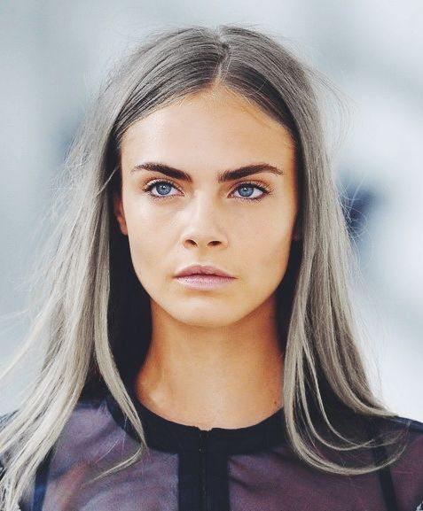 šedivé vlasy Cara Delevingne