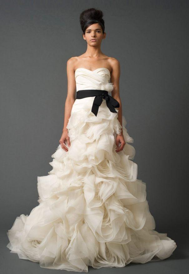 smotanové svatební šaty