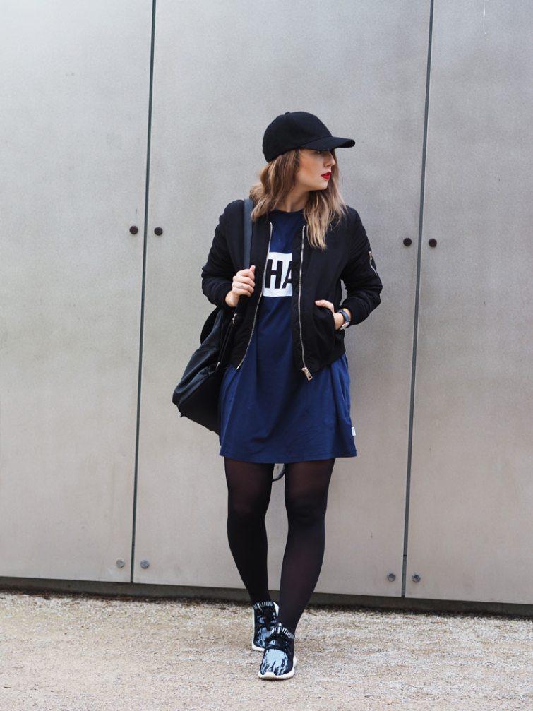 Dominika Lukášová v modrých šatech a černém bomberu