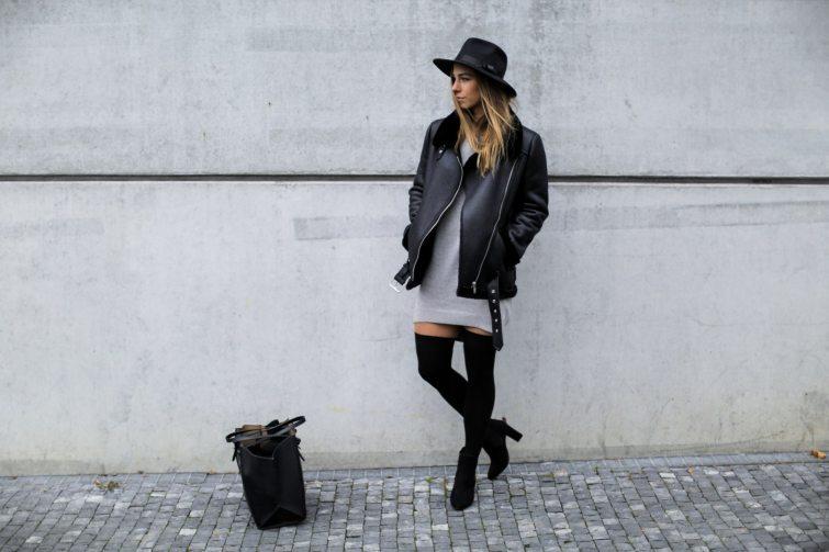 Eliška Hudcová v maxi černé bundě a kozačkách nad koleno