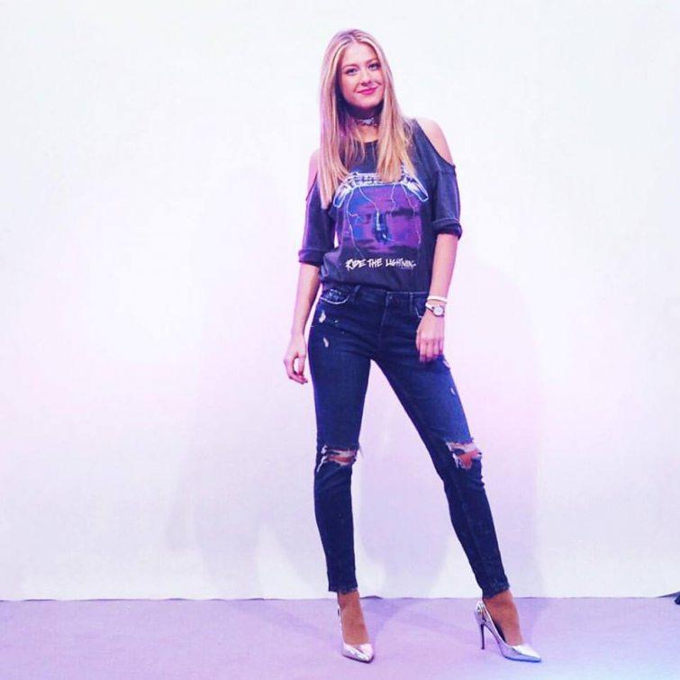 Natálie Kotková v roztrhaných džínách a topíku s průstřihy na ramenou
