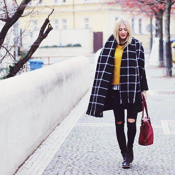 Natálie Kotková s černou maxi šálou a vínovou kabelkou