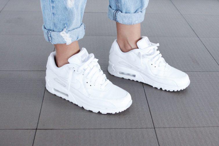 bílé tenisky tkaničky