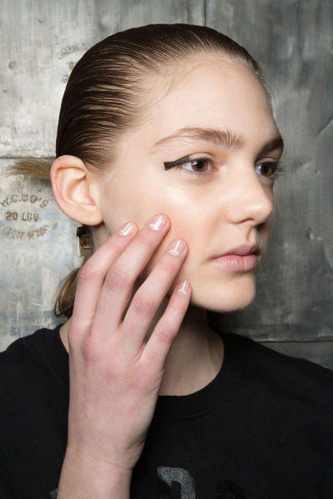 bílé proužky dámské nehty