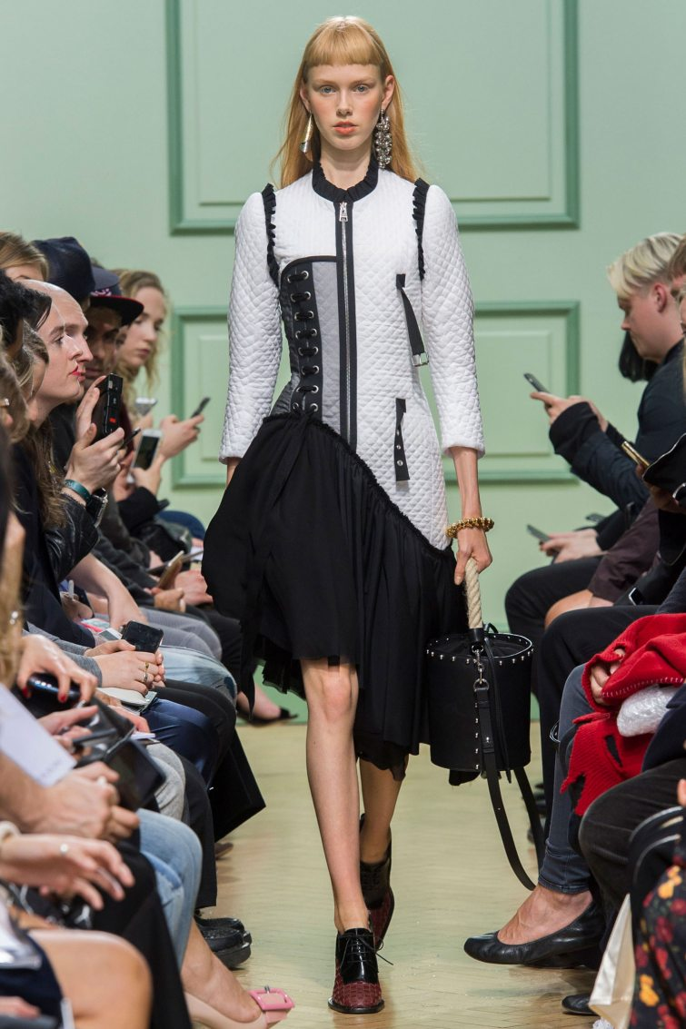 trendy asymetrické šaty dívky