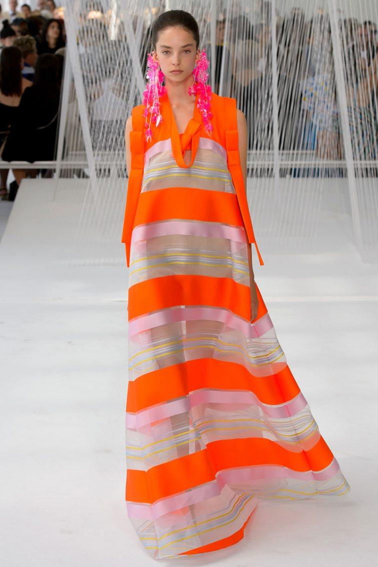 trendy průsvitné šaty