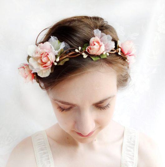 Jemný květinový věnec do vlasů se hodí i k drdolu