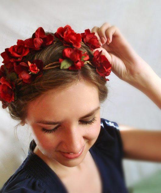 Červený květinový věnec do vlasů