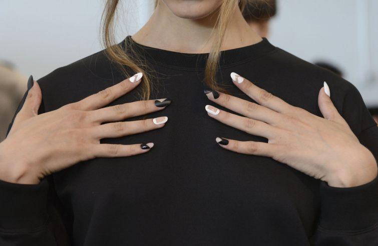 Kontrastní černo bílé nehty 2015