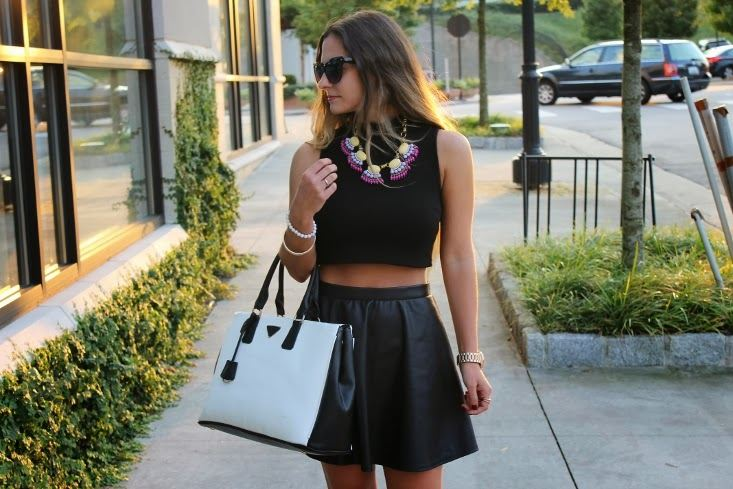 Crop top a kožená circle skirt, módní trendy pro léto 2014. © Zdroj: www.hercampus.com
