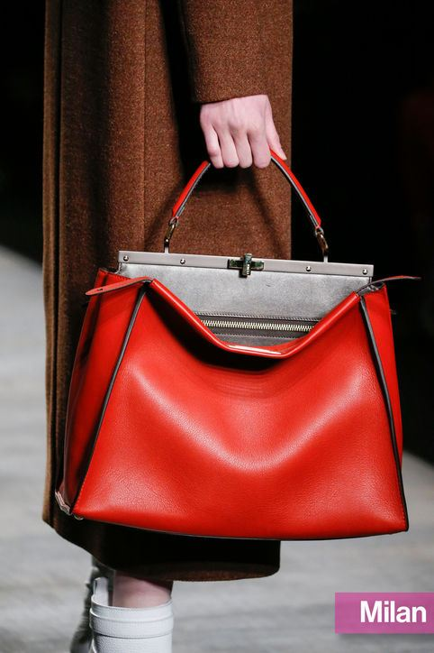 Červená kabelka, trendy barva na podzim 2014