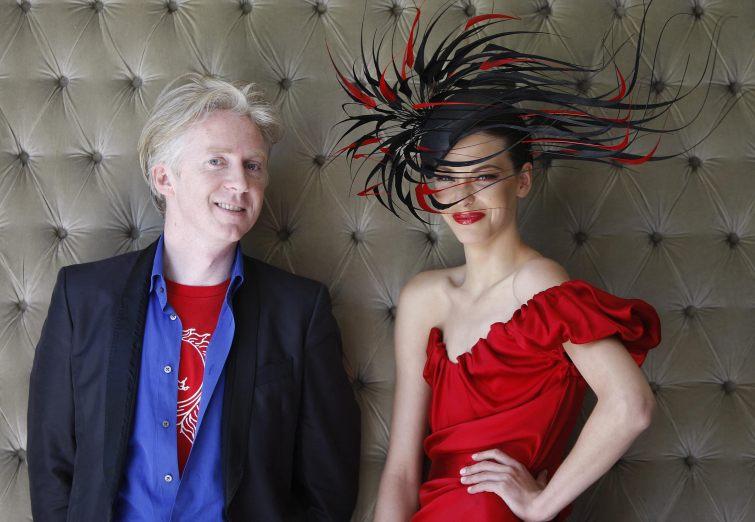 Návrhář Philip Treacy s modelkou v klobouku