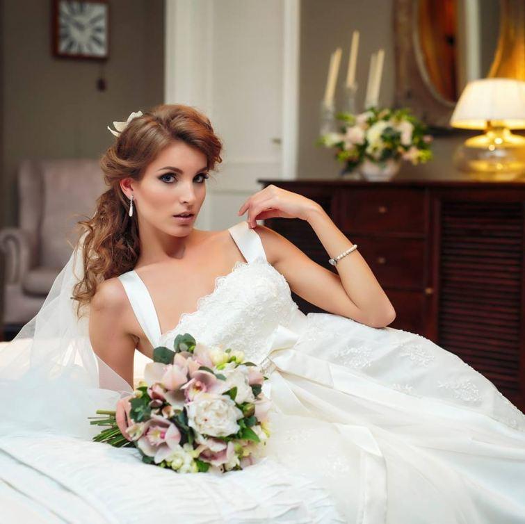 Ženskost ve svatebních šatech Nanay