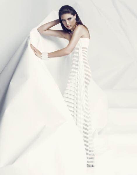Ženská krása a křehkost v bílých dámských šatech
