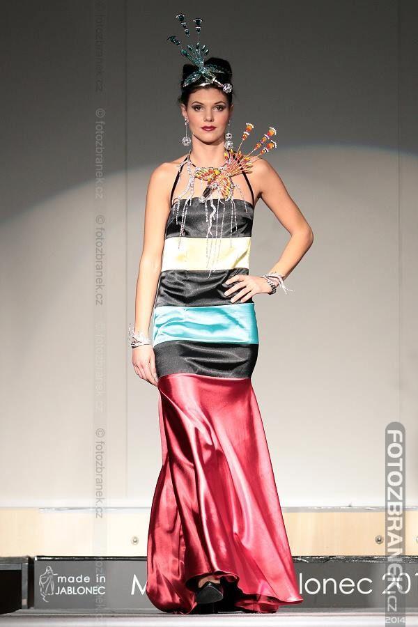 Dámské šaty a dekorativní papoušci od FaBOSU