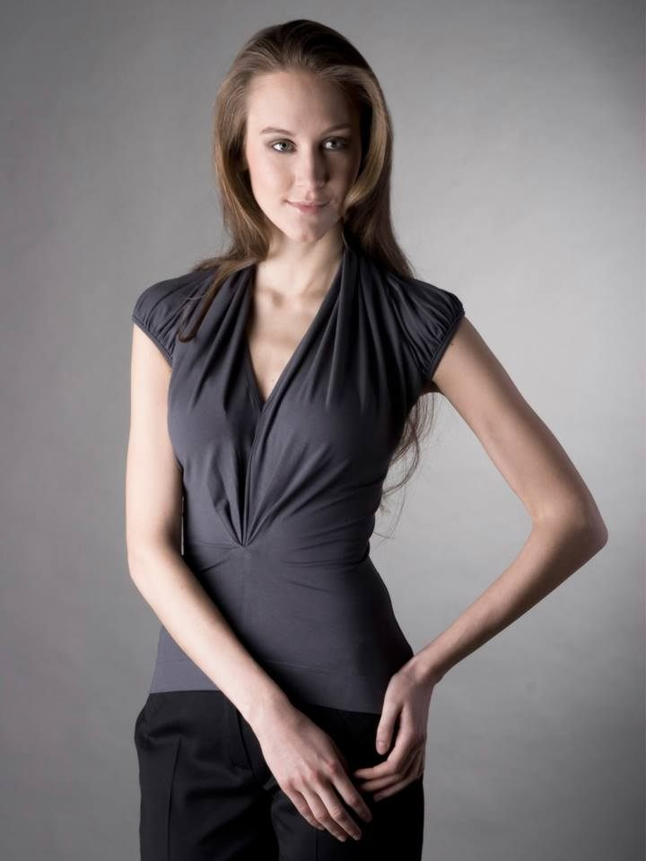 Elegantní a decentní, bohatě řasené tmavě šedé tričko