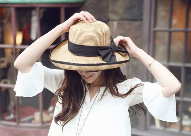 Jarní slaměný klobouk s černou mašlí