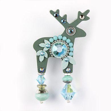 Jelení šperk v zelené barvě s modrými korálky