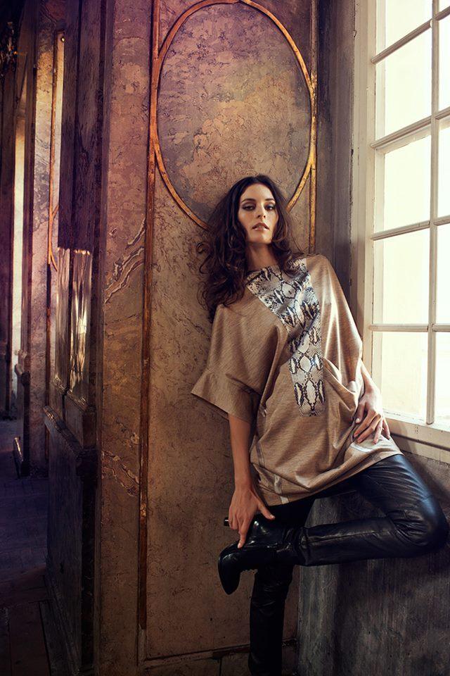 Top a kožené kalhoty od návrhářky
