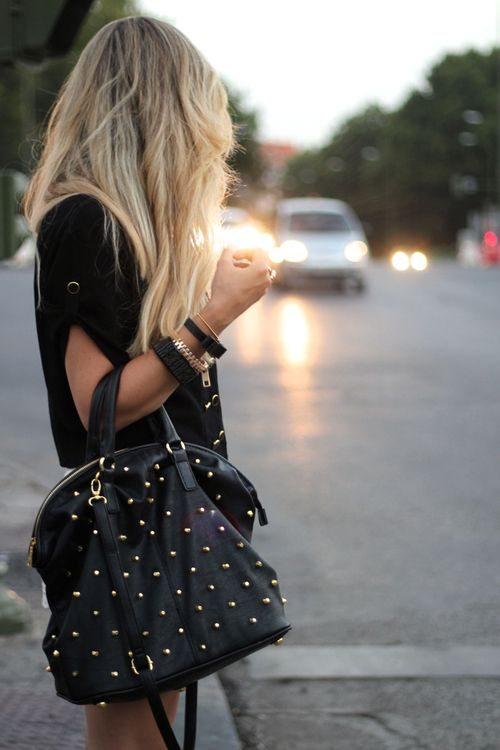 Černá kabelka se zlatými cvoky