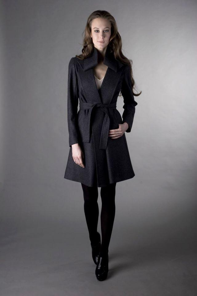 Podzimní kabát se zvlněným límcem má volný áčkový střih