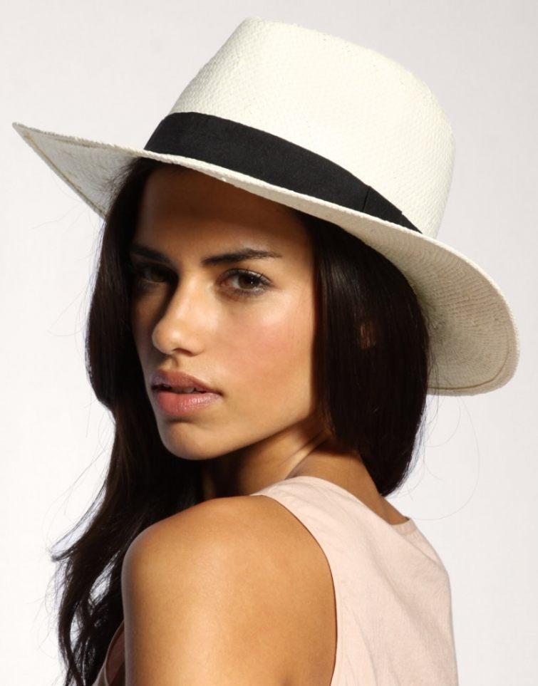 Bílý elegantní klobouk