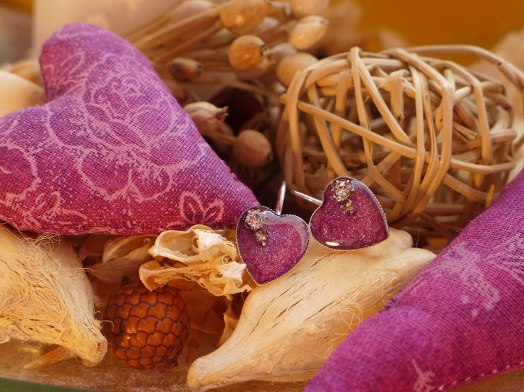 Srdíčkové náušnice s kamínky zalité pryskyřicí